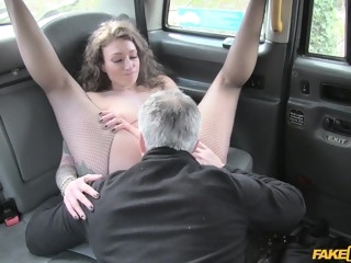 Backseat thrill for cab driver with gorgeous sex starved babe